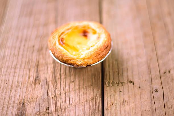 gebäcks pasteis de nata - portugiesische desserts stock-fotos und bilder