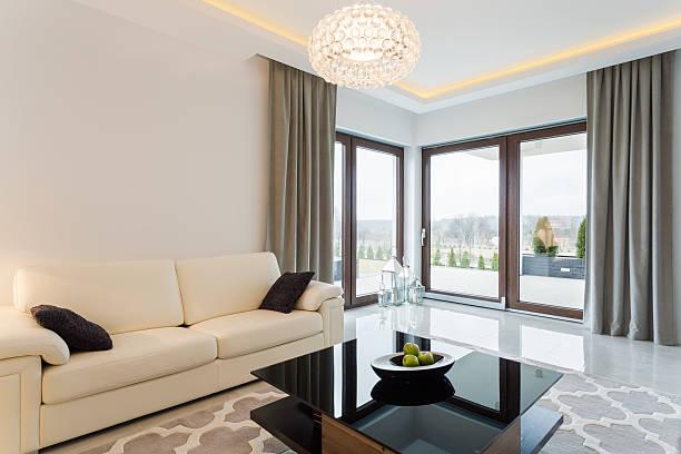 cremefarbenes sofa in hellen innenraum - exklusive mode stock-fotos und bilder