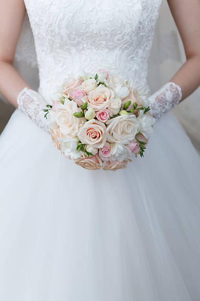 creme hochzeit bouquet rosen und freesias - verlobungskleider stock-fotos und bilder