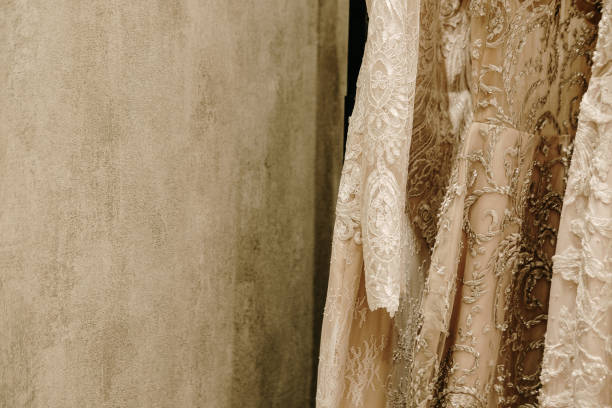 creme brautkleider hängen auf dem rack - exklusive mode stock-fotos und bilder