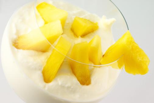 Crema Con Frutas Foto de stock y más banco de imágenes de Alimento