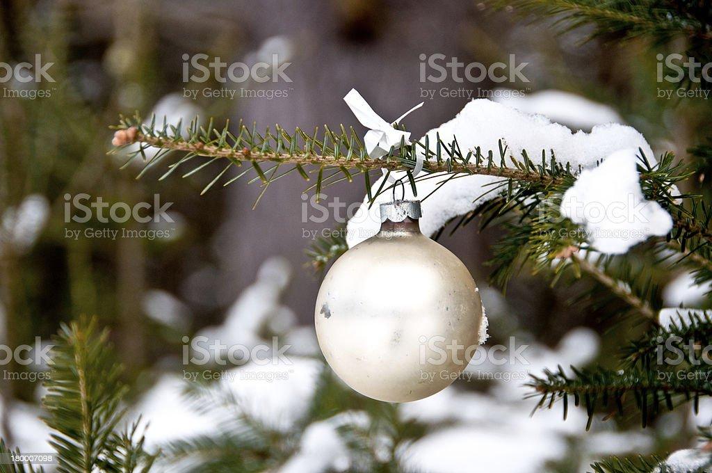 크림-채색기법 크리스마스 볼 매달기 트리 royalty-free 스톡 사진