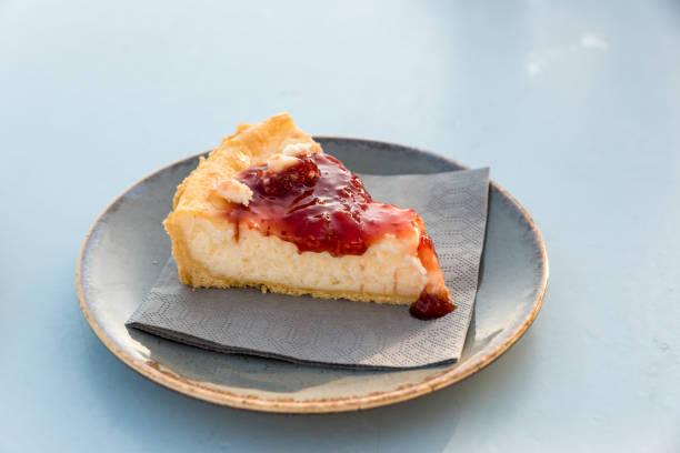 Creamy cake with berries – zdjęcie