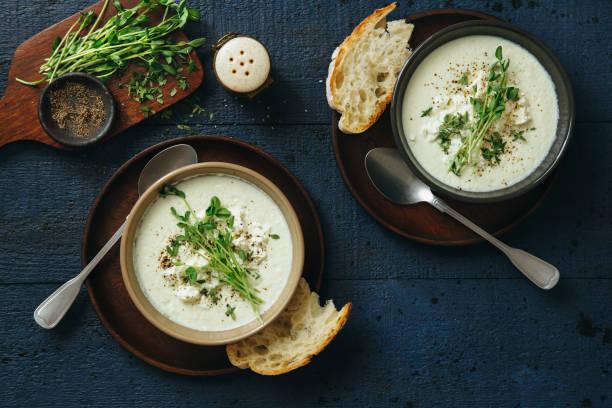 creamy caulflower and broccoli with feta soup - sopa imagens e fotografias de stock