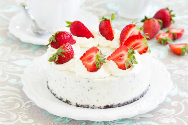 creamy cheesecake with chocolate oreo biscuits and strawberries. - oreo torte ohne backen stock-fotos und bilder