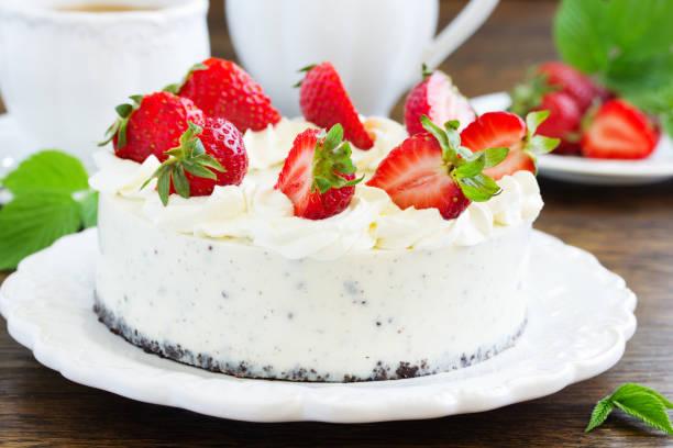 cremiger käsekuchen mit schokolade oreo-keksen und erdbeeren. - oreo torte ohne backen stock-fotos und bilder