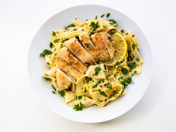 Krämig Kyckling Piccata med pasta bildbanksfoto