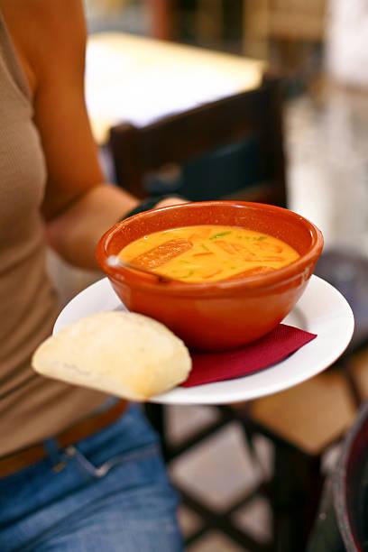 cremige kalte gazpacho. - kalte tomatensuppe stock-fotos und bilder