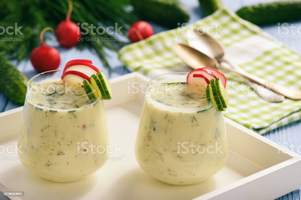 Creamy cold yogurt soup with vegetables served in glasses. photo libre de droits