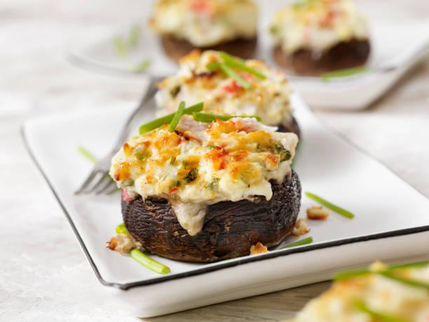 奶油蟹蝦釀小蘑菇帽 - 塞滿的 個照片及圖片檔