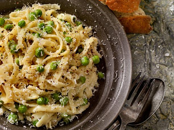 cremige fettucine mit erbsen und parmesan - beikost stock-fotos und bilder