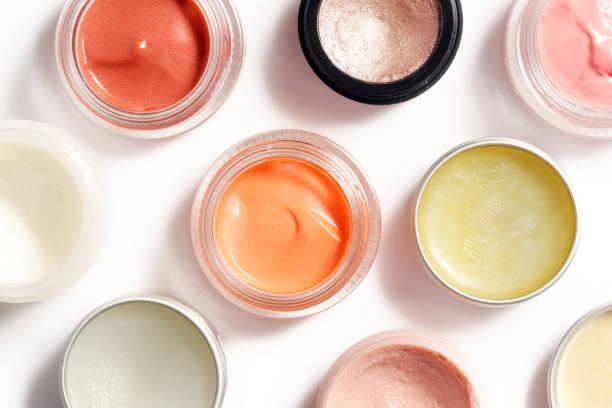 奶油彩妝產品-在白色 backgroiunds 上隔離的裝飾性化妝品容器的頂部視圖 - 美容品 個照片及圖片檔