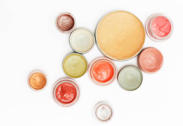 cremige make-up-produkte - draufsicht der dekorative kosmetische behälter isoliert auf weißem backgroiunds - labello stock-fotos und bilder
