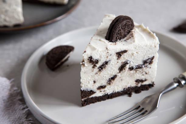 cremig kein käsekuchen mit schokoladenkeksen. oreo biscuit cake/ - käsekuchen kekse stock-fotos und bilder