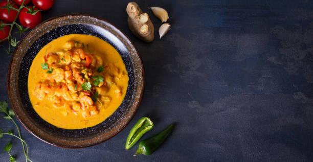 Curry de gambas de gambas de gambas picantes ricos y cremosos - foto de stock