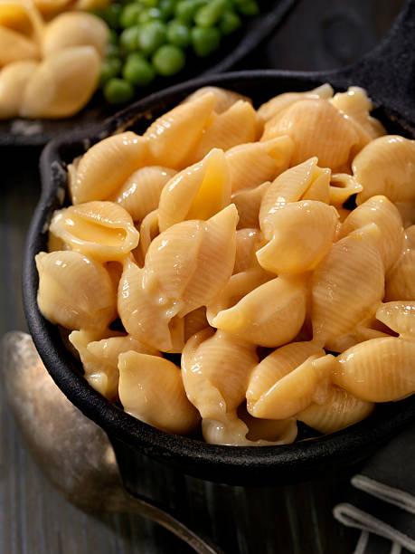 creamy shells and cheese sauce - muscheln zubereiten stock-fotos und bilder