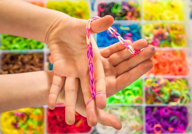 eine webstuhl-armband - armband i gummi stock-fotos und bilder