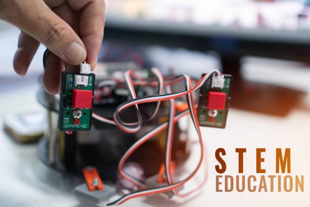 entwicklung eines robotik-projekts für stem education, diy-elektronik-kit für roboter elektronische board-tracking-wettbewerb, bau für schülerroboter-projekte und bildungs-lerning-aktivitäten für die schule - erfinder der fotografie stock-fotos und bilder