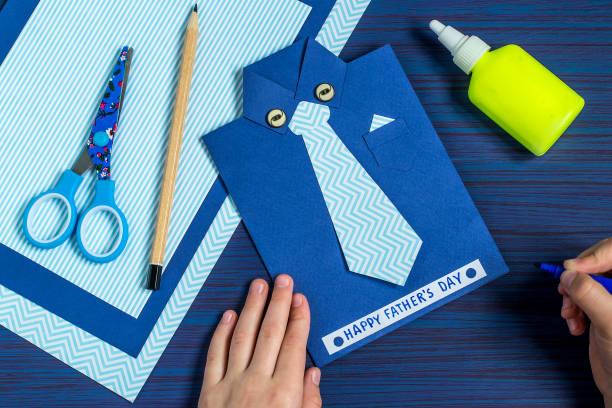 schöpfung grußkarte zum vatertag durch das kind. schritt 10 - vatertagsgrüße stock-fotos und bilder