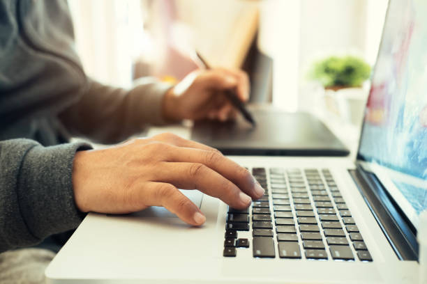 concept créatif et concepteur. homme à l'aide de tablette graphique. - graphisme photos et images de collection