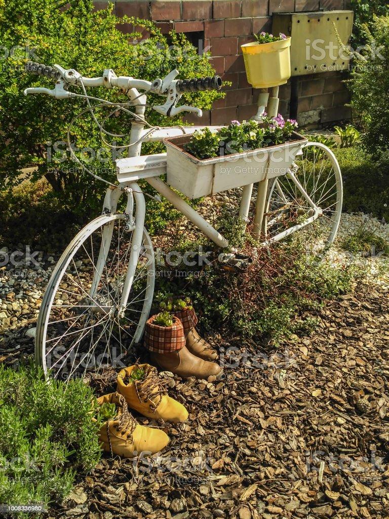 Photo libre de droit de Décoration De Jardin Vélo Créatif banque d ...