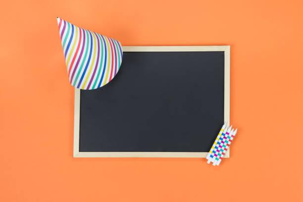 kreative geburtstag party dekoration auf orangem hintergrund. draufsicht mit rahmen und raum für text. - einladungskarten kindergeburtstag stock-fotos und bilder