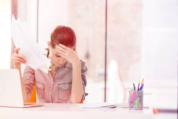 kreative geschäftsleute im büro - migräne vorbeugen stock-fotos und bilder