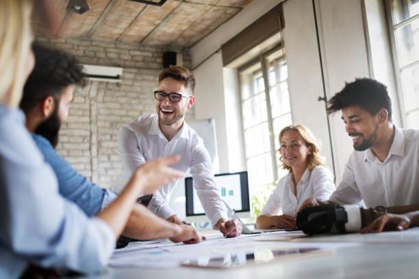 在辦公室從事商業專案工作的創意商務人員 - 幸福 個照片及圖片檔