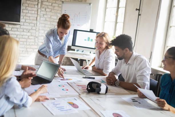 Kreative Geschäftsleute, die an Geschäftsprojekt im Büro arbeiten – Foto