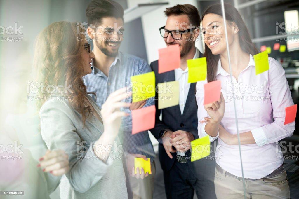 Kreative Geschäftsleute auf Business-Projekt im Büro – Foto