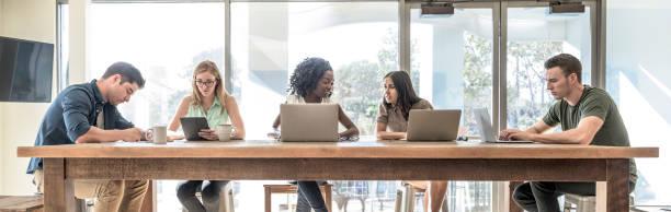 創意無限的商業專業人員致力於筆記本電腦在 coworking 空間 - 虛擬辦公室 個照片及圖片檔