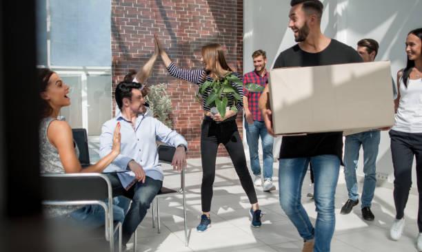 kreative business-team zieht in ein neues büro - umzug checkliste stock-fotos und bilder