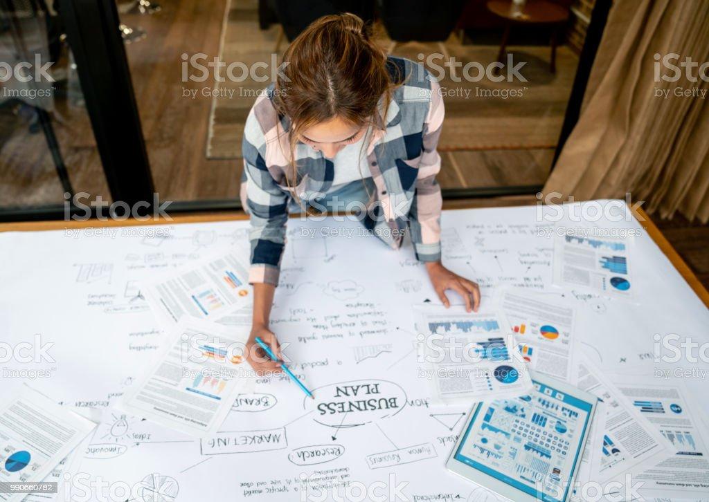 Kreative Business-Frau, die Erstellung eines Businessplans – Foto
