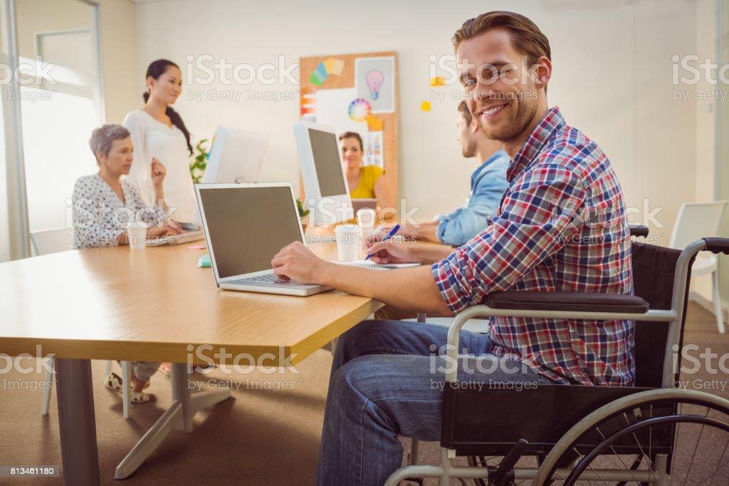 Kreative leger Geschäftsmann am Rollstuhl – Foto