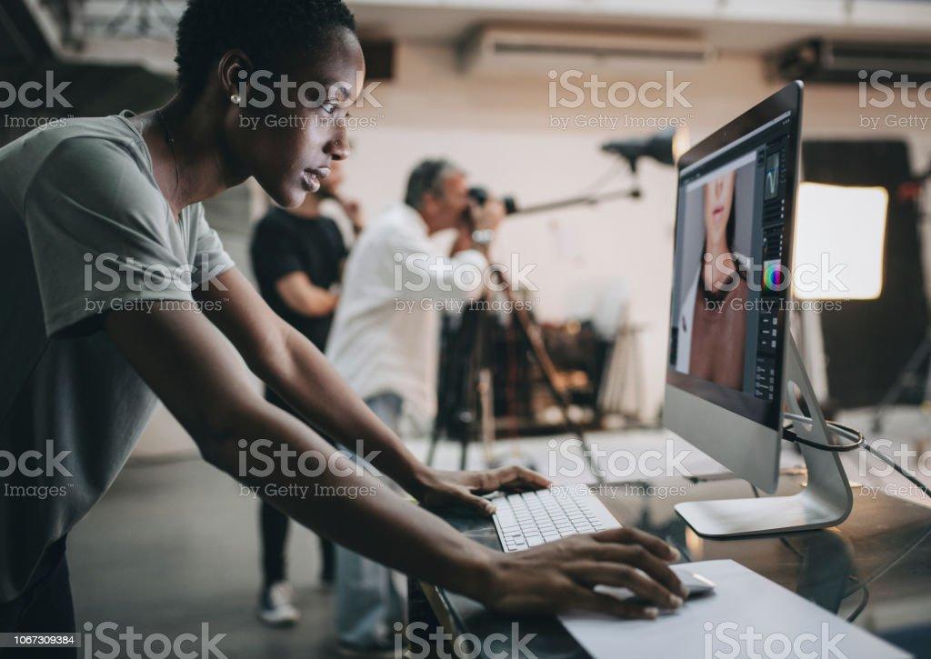Kreative Kontrolle der Aufnahme auf dem monitor - Lizenzfrei Afrikanischer Abstammung Stock-Foto