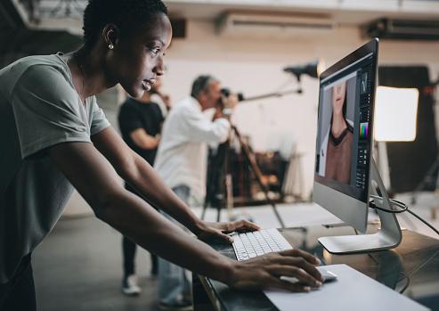 Kreative Kontrolle Der Aufnahme Auf Dem Monitor Stockfoto und mehr Bilder von Afrikanischer Abstammung