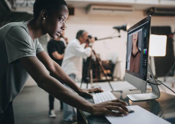 kreative kontrolle der aufnahme auf dem monitor - creative stock-fotos und bilder