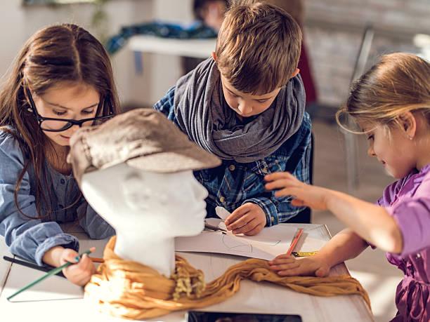 kreative kinder schneider in mode-design-studio. - schnittmuster kinder stock-fotos und bilder