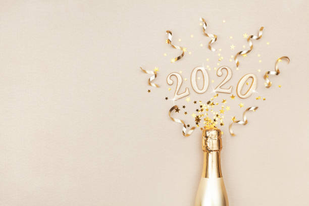 creativa navidad y año nuevo plana composición con botella de champán dorado, serpentinas de fiesta, estrellas de confeti y números 2020. - año nuevo fotografías e imágenes de stock
