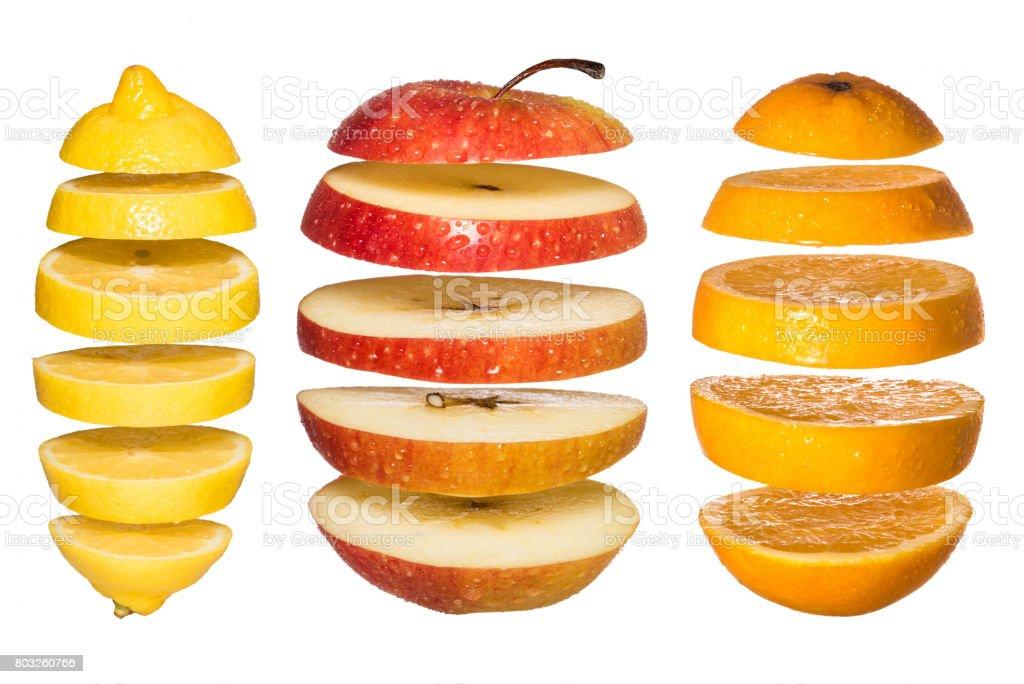 Conceito criativo com frutas de voo. Fatias de laranja, limão, maçã isolado no branco. - foto de acervo
