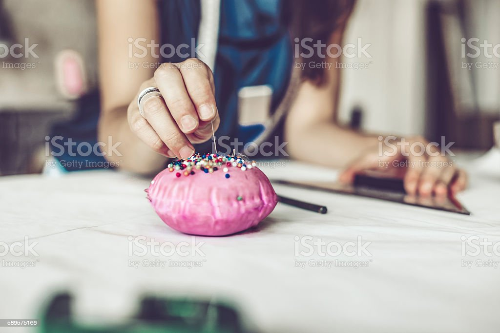 Creative craftsperson working in her office - foto de acervo