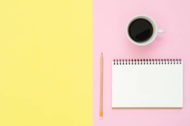 kreative flach legen foto des arbeitsbereichs schreibtisch. draufsicht schreibtisch mit mock-up notebooks, pflanze, kaffee tasse und kopie speicherplatz auf pastell farbigen hintergrund. draufsicht mit textfreiraum, fotografie flach zu legen. - unterrichtsplanung vorlagen stock-fotos und bilder