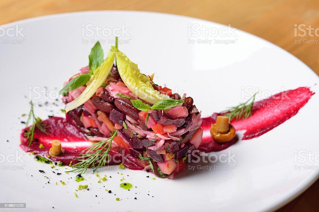 Kreative Gestaltung Salat Haute Küche Rote Beete Pilzen Stock ...