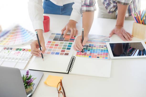 kreative grafiker skizze bleistift auf papier notebook mit pre-projekt auf künstler am arbeitsplatz. - logodesign stock-fotos und bilder