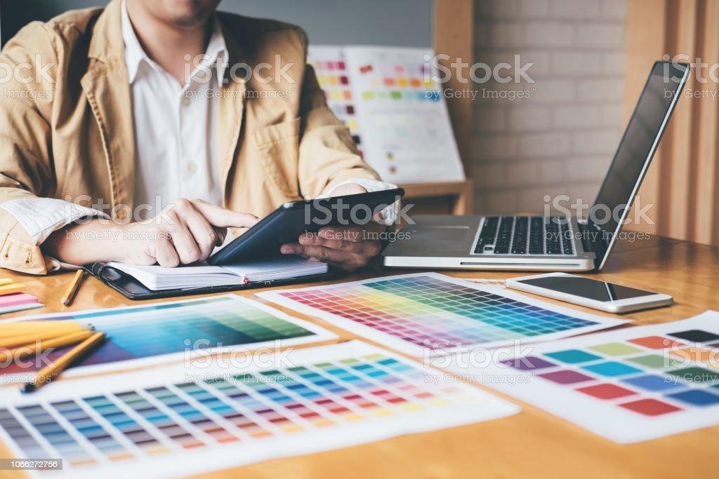 Diseñador Gráfico Creativo Usando Tableta Gráfica A Elegir