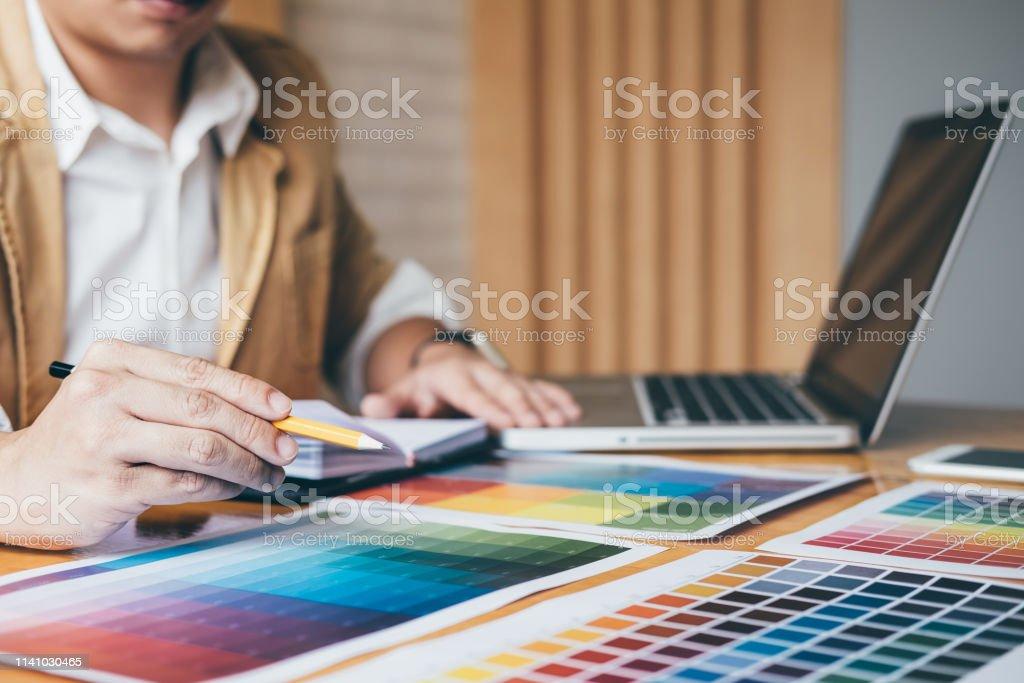 Diseñador Gráfico Creativo Que Utiliza La Tableta Gráfica
