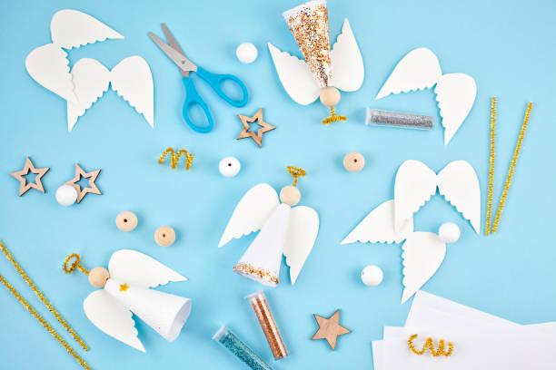 kreative hobby. diy weihnachtsdekoration. verfahren zur herstellung von handgemachten weihnachtsengel papier - do it yourself invitations stock-fotos und bilder