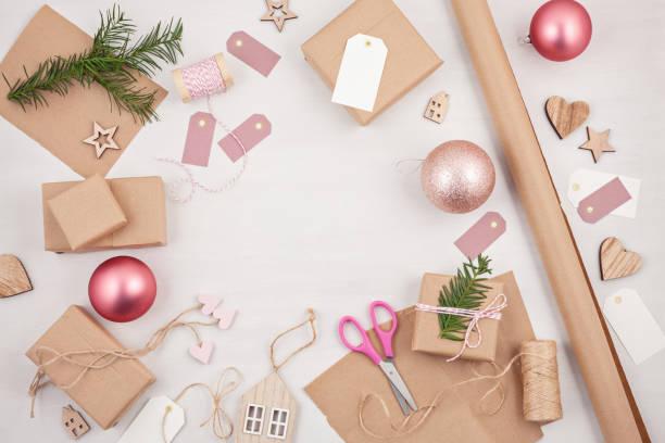 kreative hobby-modell. diy handgefertigten weihnachtskarten, dekoration. prozess der weihnachtsgeschenke verpacken - do it yourself invitations stock-fotos und bilder
