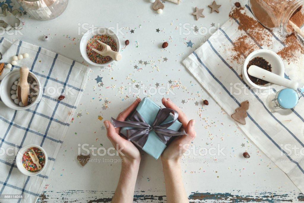 Kreative Hobby. Frauenhand wickeln Urlaub handgemachte Gegenwart in Kraftpapier mit Schnur Band – Foto