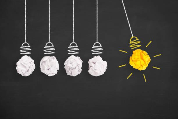 Kreative IdeenKonzepte Glühbirne Zerknittertpapier auf Blackboard – Foto